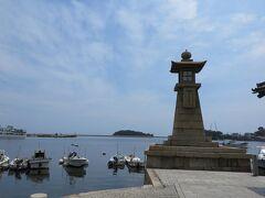 一番、有名な常夜燈のある景色。  港の常夜燈としては、日本一の高さだそうです。