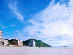 湯野浜温泉と海岸がどのくらい近いかという と、こんなに近いです(笑)! それにしても今日はスゴイ空だなあ!