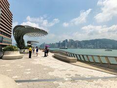 こちらも2019年1月末にリニューアルオープンしたばかり。 手すりには香港スターの手形が並びます。  只今、土曜日のお昼頃。 香港有数の観光スポットなのに人出は少ないです。 というのも逃防犯条例改正の抗議デモが本格化したのが2019年6月、 以降デモは断続的ですが、観光客減少は継続しているようです。 滞在中は念の為、黒い服を避けたものの不穏さは皆無でした。 (逆に空いてて歩きやすかった)