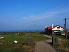 <北のカナリアパーク> 途中道路を急ぎ歩きをして17:00前に到着(∩´∀`)∩ うっすらと利尻富士も見えました