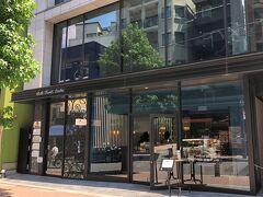 東京・麻布十番【Scene KAZUTOSHI NARITA】  2020年12月5日にオープンしたパティスリー&ベーカリー 【シーン カズトシ ナリタ】の写真。  以前も載せました。まだイートインスペースは× お店の奥のカウンター席でパティシエの方が目の前でスイーツを作って 提供してくださる「アシェットデセール」はまだ行われていません。  イタリア・フィレンツェの三ッ星レストラン【ENOTECA PINCHIORRI (エノテカ・ピンキオーリ)】や高級フランス料理店【SUGALABO (スガラボ)】などで活躍されていた有名なパティシエである 成田一世氏のお店です。