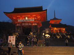 清水寺に到着。 京都の中でも有名過ぎるお寺ですね。 今までにも何度か来たことはありますが、ちょうど3年にわたる大改修が終わり、足場も外されたとの事なので来てみました♪  春の夜間拝観は400円。 良心的ですね。  まずは仁王門をくぐります。  清水の舞台を造営中に天皇のお住まいである京都御所を見下ろさないように建てられたそうで、別名「目隠しの門」と言われています。  ★音羽山 清水寺 https://www.kiyomizudera.or.jp/