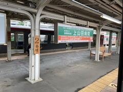 戸倉駅で乗り換え。 木の板が素敵ですね。