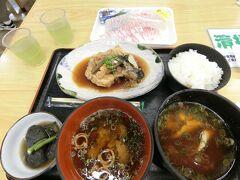 とれとれ市場南紀白浜まで到着。名古屋からだと休憩しながら5時間半くらいかかります。今回は定食がなかったので惣菜とご飯お味噌汁で購入。クエのあら炊きが600円でした。