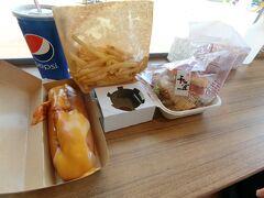 お昼は千畳敷の茜千畳茶屋へ行きました。こちらのまぐろカツバーガーがおいしいのですが、1階でしか出していないホットドッグがあったため、ついオーダー。おいしいですがまぐろカツバーガーのほうが勝ちですね。