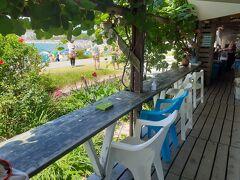 砂浜から直接寄れるレストランがあまりに素敵なたたずまいだったので寄ってみました。