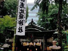 こちらは、櫛田神社の境内にある夫婦恵比須神社です。 目をひく、なかなか趣のある佇まいの拝殿だと思いました。 拝殿の向かいには福岡市保存樹の「夫婦銀杏」あり、大樹三本の内、手前一本が雌木で秋にはたわわに黄金色の実をつけるそうです。 子孫を宿すところから、古来夫婦円満・縁結びの霊樹として篤く信仰されているそうです。
