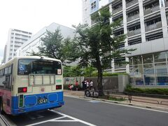 上野駅で下車します。(乗ってきたバスと右は岩倉高校(元々は鉄道学校でした。)