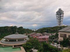 「亀ケ岡広場」からの見晴らし最高。 右側に見えるタワーは、「江の島シーキャンドル」です。
