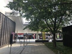 10:00ちょいすぎ熊本城到着。熊本城に併設された商業施設「城彩苑」の駐車場に車を止めます。 城彩苑には土産物屋や飲食店、熊本城ミュージアム「わくわく座」があります。 わくわく座と熊本城のセット券を購入して、まずはわくわく座に入場します。