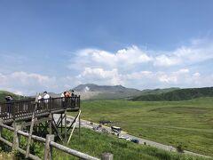 約1時間半のドライブで草千里ケ浜へ到着。 この景色、阿蘇に来たー!!って感じがします。