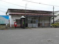 で、 こちらが、旧・浦河駅。 立地もあって、旧・様似駅に比べると、静かというか、ひっそりとした感じが。 (もとから多少そうだったような気もしますが、どうだったろうか?)