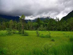 青々とした田代湿原です。 上空には重い雲が垂れ込んできました。