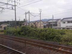大垣駅を出て美濃赤坂への支線が分岐します。中間駅の荒尾駅のホームが見えます。