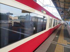 時刻は午後3時前。 おっ、この時間になると泉岳寺行きではなく品川行きになるんだっ! 品川で折り返すころには通勤通学ダイヤの始まる頃だからね。