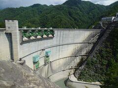 小渋ダムは国土交通省が管理するアーチ式コンクリートダム。 堤高105m、堤頂長293mと結構な規模、近づくと迫力を感じます。