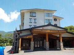 ホテルの出入り口です。1階にコンビニがあるとクチコミで見ましたが、閉まっています。