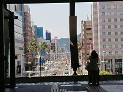 JRで高知駅へ。 ホームから見たはりまや橋方面。 正面には山があります。 高知県は海に面していますが、高知市内の繁華街から海に行くにはひと山超えないと行けません。