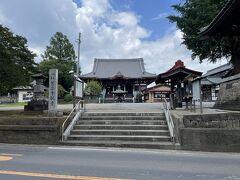 玄奘塔から5分ほど走ると華林山 慈恩寺に到着。豊春駅くら歩くと30分ほどはかかりそう…。駐車場にはバス停があったので、岩槻駅や東岩槻駅からでしたらバスで行けるみたいです(本数は少なさそう…)。