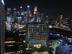 ■コンラッド・センテニアル・シンガポール  ホテルはマリーナベイから少し離れ、周辺の建物等がやや邪魔をしますが、最上階の部屋からは遠くにマーライオン等が眺められます。初めての宿泊ということもあり、周辺の景色を楽しむことが出来ました。  今日は移動による疲れもあり、空腹感も無いため、クラブラウンジで軽く飲食し1日目は終了です。