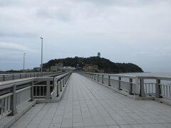 橋を渡って道路を横断すると今日の目的地の一つの江の島が見えました。この橋を渡って島まで行くことができます。