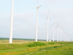「オトンルイ」とは「浜辺の道」を意味するアイヌ語なんだそうです。 まさに浜辺の道路沿いに並んだ風車群。