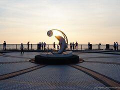 恵山泊漁港公園。 かわいらしいいイルカのモニュメント。  本日の日没は19時ごろ。夕日の名所だけあって、たくさんの人が日が沈むのを待っていました。