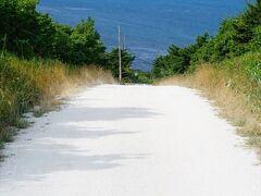 宗谷丘陵の見どころ「白い道」 ホタテの貝殻を砕いて敷き詰められた美しい道路です。