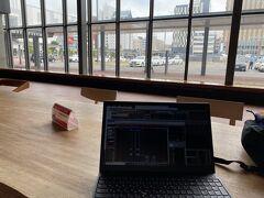 旭川駅到着。 駅中に広々したテーブルあり。 いきなり、株式トレード。9時までに間に合った。病気です。w パソコン触っている人は自分だけでしたが、帰りみた時は、数人がパソコンで作業していました。