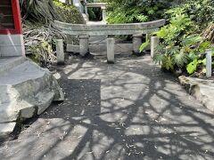 次に来たのは埋没鳥居。大正時代の噴火でここまで鳥居が埋まってしまいました。