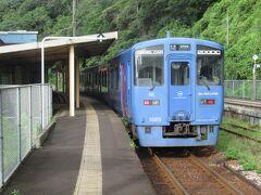 指宿に向かいます。 その前にJR最北端の稚内駅には行った事があるので最南端の西大山駅を目指します。 山川駅で乗り換えるのは分かっていたのですが乗り換えの列車はいつ来るのだろうと待っていたら隣に停まっていた列車で行ってしまいました。 次の列車は4時間後… 歩いたら7kmなので1時間以上掛かります。 タクシー代は出したくない…