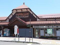 信濃大町駅。  駅前ではなくロードサイドにお店があるタイプの街なので、 逆に待つ場所が無くて駅には人が結構いました。
