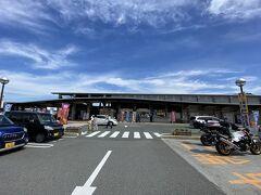 新下関駅を出発して1時間ほど。 まずはひとつ目の目的地の道の駅豊北に到着。 10時半くらいですがすでに駐車場いっぱい! ちなみに我々が出る11時半ごろには駐車場待ちの車が道路まで並んでいました。