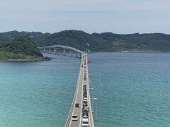 道の駅を出発して10分ちょい。 ようやく今回のメインとなる角島大橋に到着です。 事前リサーチ通り1本路地に入って坂を登ったところから。 ここが沖縄とかではなく山口県ってのがびっくり! 橋も綺麗ですが、なんと言っても海が綺麗です。