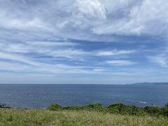 島を1周して帰る前に最後1箇所だけ寄り道。 ナビを頼りに細い風波のクロスロードと呼ばれる山道を北に。 角島最北端にある岬にある牧崎風の公園にやって来ました。 公園と言ってもちょっとした駐車場とトイレがあるくらい。 ほとんど観光客の姿も無く釣りに来ている人くらいなので雄大な日本海の景色を満喫したいならここは穴場スポットかも?