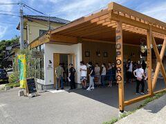 こちらは角島で有名なジェラート屋さん。 何も無い所にいきなり現れます。 常に店頭には順番待ちの行列が。 早速並びます。