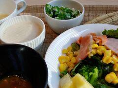 さて07:00 ホテル一階のレストランで ビュッフェの 朝ごはんです 昨日不足ぎみの 野菜をたっぷり食べましょう