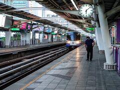 6時出発。 1年ぶりにラチャダムリ駅からBTSに乗ってみることに
