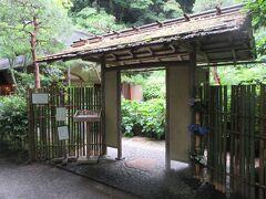 雨宿りに飛び込んだのは月笑軒です。明月院の中にあります。桂橋を渡ったところにあるのを時頼公の墓所に行く時に確認しておきました。