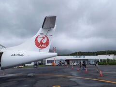 7月25日日曜日。 台風6号が石垣島のあたりに停滞していたため、九州南部には雲が多く、海は大荒れ。 鹿児島空港へ着陸するときはけっこう揺れました。屋久島へは鹿児島で乗り換えです。  屋久島空港はジェット機は着陸できないので、2発のプロペラを持つATR-72機で。揺れるんだろうなーと覚悟を決めてのテイクオフ。   40分の飛行時間を経て、屋久島空港に到着。 この空を飛んできました。 ですが、心配するほどの揺れはなくて良かった。  この日の屋久島の天気予報はもちろん雨。 ですが、空港に降り立った時は雨も止んでいました。