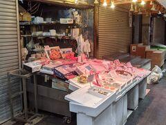 と、ここのお魚屋さんは開いてました。