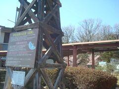 伊豆高原駅前の足湯です。それなりに混んでいました。電車を見ながら足湯に入れます。 電車が来る10分程前になると、皆改札へ向かって行きました。