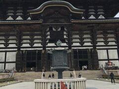東大寺大仏殿と八角燈籠。