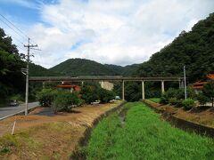 国道261号で県境を越えて、島根県邑南町へ。 県道293号に入り、江の川方面へ下ると、見えてきました。
