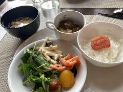 3日目は博多へ移動! 朝ごはんはプレミアホテル門司港で朝食ビュッフェをいただきます。 博多明太子、焼きカレー、ふぐ味噌汁など特産品たくさんです!