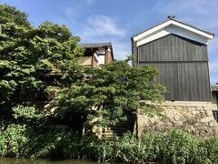 左側にわずかに見えるのが「旅籠 八...(わかつ)」の木の間(一部二階建)。 右側が蔵を改修した日本料理「溜ル」。