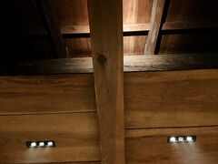 【日本料理「溜ル」】  18時から,蔵を改修した「溜ル(たまる)」で夕餉を。天井は,柱や梁を見せる現し仕上げ。  2021年8月8日(日)から9月12日(日)まで,酒類の提供は停止となっています。
