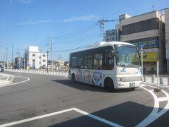 バスは来てるのに待機していて乗れず、09時頃になってようやくバス停まで移動してきました  バスに乗ってやっと涼める~!