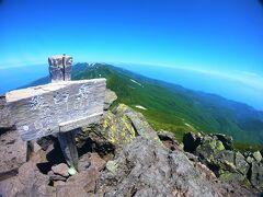 なんと、そこはもう山頂!  羅臼平の休憩から山頂まで、ちょうど1時間。 11時に羅臼岳の山頂(1661m)に到達した。