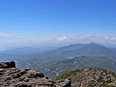 真後ろにあるのは知床峠と羅臼湖。 野付半島まで、うっすらとその姿を見えていた。  きっとこの日は、知床峠からも羅臼岳の姿が綺麗にはっきりと見えていたことだろう。